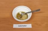 Шаг 7. Достать кальмары из масла, к маслу добавить горчицу, соль, лимонный сок