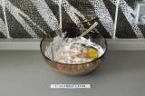 Шаг 3. Добавить яйцо, перемешать и дать постоять в холодильнике минут 15.