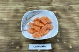 Шаг 2. Морковь нарезать.