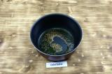Шаг 4. Нагреть масло с семенами горчицы, семена начнут прыгать.