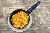 Шаг 5. Выложить тыкву, морковь и апельсин в кастрюлю. Добавить воду и тушить