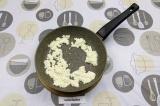 Шаг 2. Половину натертого сыра нагреть на медленном огне с добавлением эритритол