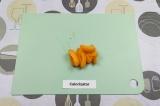Шаг 3. Нарезать абрикосы.