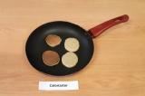 Шаг 4. Обжарить панкейки с двух сторон на антипригарной сковороде.