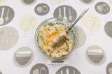 Шаг 1. Куриное филе перемолоть в фарш с добавлением лука. Добавить яйцо, соль