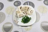 Шаг 6. Шампиньоны нарезать пластинами, зелень нашинковать.