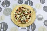 Шаг 9. Закрыть сковороду крышкой, нагревать пиццу примерно 3-5 минут, чтобы сыр