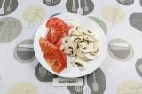Шаг 4. Нарезать помидоры и шампиньоны.