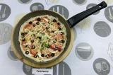 Шаг 8. Выложить начинку на лаваш, присыпать сыром.