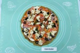 Шаг 9. Смазать основу пиццы томатной пастой и присыпать прованскими травами.