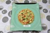 Шаг 10. Смазать основу для пиццы сметанно-томатным соусом, выложить начинку