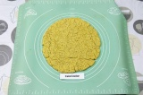 Шаг 4. Выложить основу для пиццы на коврик для запекания. Запечь в духовке 5-7 м