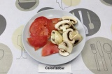 Шаг 7. Нарезать помидоры и шампиньоны пластинами.