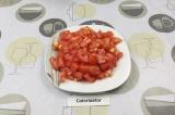 Шаг 3. Нарезать помидор.