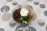 Шаг 6. Все ингредиенты смешать в салатнике, заправить йогуртом и подсолить.