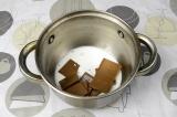 Шаг 5. В небольшую кастрюлю выложить шоколад и влить оставшееся молоко.