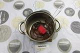 Шаг 6. Постепенно нагревая растопить шоколад до кремообразного состояния.