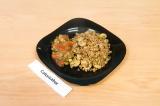 Готовое блюдо: гречка с грибами под овощным соусом
