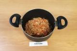 Шаг 5. Добавить к фаршу помидор, измельченный чеснок, посолить, тушить 5-7 минут