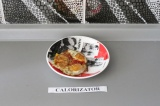 Шаг 9. Пожарить яйца с куркумой и положить поверх помидоров.