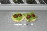 Шаг 8. Помидоры положить поверх листьев салата.