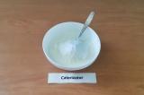 Шаг 2. Добавить сахарную пудру и кокосовую стружку.