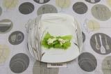 Шаг 5. На лист рисовой бумаги, смоченный в воде, выложить салат и творожный сыр.