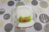 Шаг 6. Выложить овощи и авокадо. Свернуть ролл наполовину.