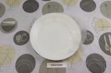 Шаг 5. Лист рисовой бумаги смочить в воде и переложить на сухую тарелку.