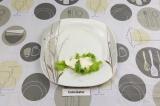 Шаг 6. Выложить лист салата на край, затем выложить творожный сыр.