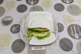 Шаг 7. Выложить овощи и авокадо. Свернуть ролл наполовину.