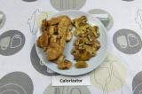 Шаг 6. Курицу и грибы тушить на сухой сковороде под крышкой с добавлением соевог