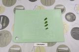 Шаг 3. Рисовую бумагу размочить, выложить листики мяты.