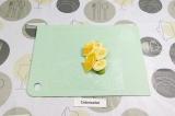 Шаг 5. Выложить банан и апельсин.