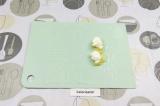 Шаг 4. Выложить ананас и творожный сыр.