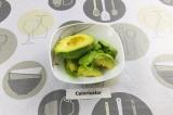 Шаг 2. Авокадо очистить и удалить косточку.