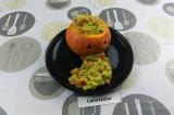 Шаг 7. Выложить гуакамоле в тыкву и добавить чипсы на тарелку.