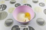 Шаг 1. Размягченное сливочное масло смешать с сахаром и яйцом до однородности.