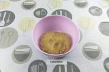 Шаг 2. Постепенно добавляя муку с разрыхлителем и ванилином замесить тесто.