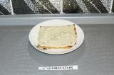 Шаг 12. Положить коржик на тарелку и промазать кремом.
