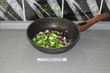 Шаг 4. Перец с луком пассеровать на сковороде.