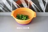Шаг 6. Брокколи промыть холодной водой для сохранения зеленого цвета.