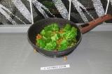 Шаг 7. Добавить к овощам нут и брокколи и потушить пару минут под крышкой на мед