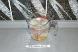 Шаг 1. Мед, соль и воду смешать до полного растворения первых двух ингредиентов.