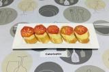 Шаг 4. На каждый ломтик багета, смазанный маслом, выложить ломтик помидора.