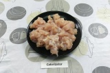 Шаг 1. Куриное филе нарезать небольшими кусочками.