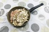 Шаг 4. В сковороду влить масло, выложить курицу и грибы, подсолить и поперчить.
