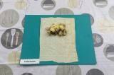 Шаг 7. Выложить начинку и сыр на каждый квадрат.