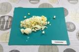 Шаг 2. Яйцо нарезать кубиками.