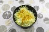 Шаг 4. В сковороду влить масло и выложить капусту. Подсолить и добавить карри.